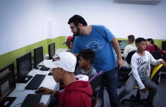 O professor Luiz utiliza o CS 1.6 para ensinar diversos valores aos alunos | Foto: Bruno Silva - League of Legends