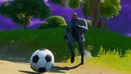 Fortnite: Chute uma bola de futebol por 100 metros