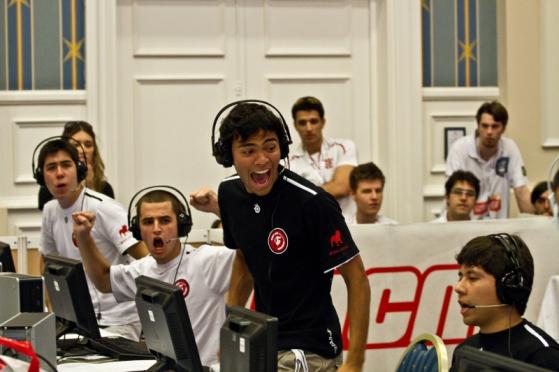Da equerda para direita estão: bit, FalleN, nak e ellllll, durante a ESWC 2010 | Foto: HLTV/Reprodução - Counter-Strike: Global Offensive