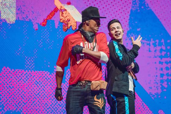 Mano Brown e MC Jottapê juntos, durante a abertura do Mundial de Free Fire | Foto: Garena/Reprodução - Free Fire