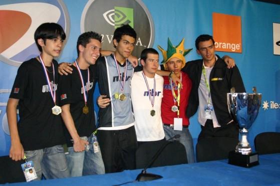 Fnx (à esq.) conquistou seu primeiro título mundial no CS aos 16 anos - Counter-Strike: Global Offensive