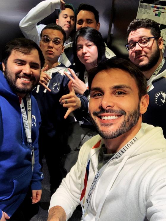 No início do mês Marcio usava a selfie que tirou com a Team Liquid para avisar que grandes novidades estavam por vir | Foto: Reprodução - Rainbow Six Siege