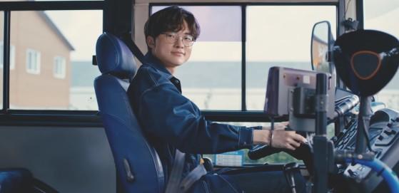 LoL: Faker vira motorista de ônibus em propaganda de Wild Rift