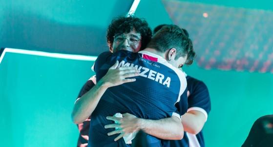 Nyang abraça mwzera após vitória | Foto: Riot Games Brasil/Reprodução - Valorant