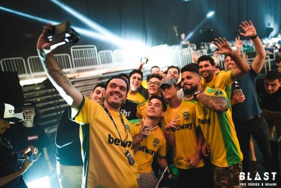 Gaules se encontrando com a Tribo na BLAST Pro Series São Paulo - Foto: BLAST/Reprodução - Counter-Strike: Global Offensive